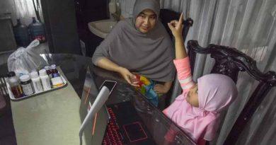 Antara-Seorang ibu Mendampingi belajar online