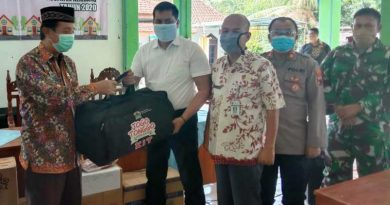 Bupati Rembang membagikan Kit Jogo Tonggo