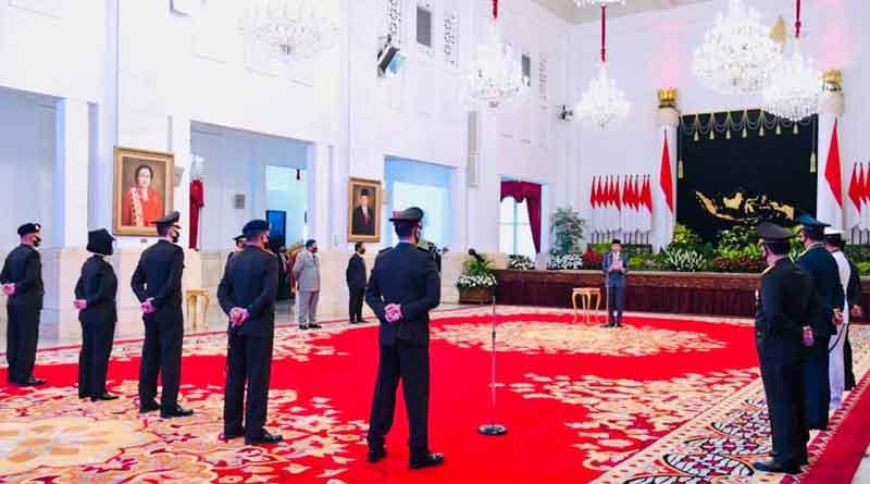 Presiden Sebagai inspektur upacara di hari bhayangkara Polri