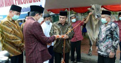 Menteri Agama Mewakili Presiden dan Wakil Presiden menyerahkan hewan kurban.
