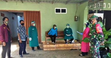 Babinsa Koramil Donorojo mendampingi tim medis melakukan pengecekan karantina mandiri di Desa Banyumanis Kecamatan Donorojo.