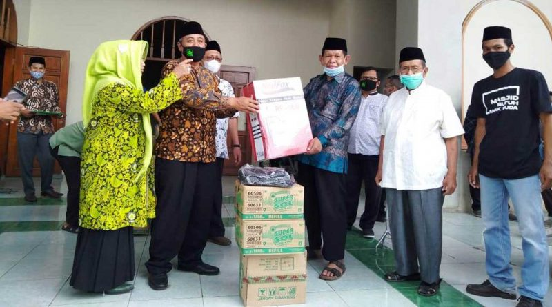 Dewan-Masjid-Indonesia-bagikan-APD-jurnaljateng.id