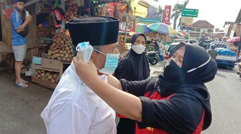 Pembagian-Masker-Pedagang-Bandungan-jurnaljateng.id