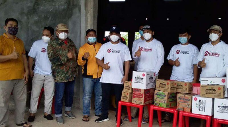 Bantuan paket mi instan dan biscuit pada warga terdampak banjir