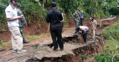 Jalan di Batang Subah longsor