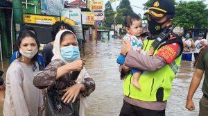 TNI Polri Bantu korban banjir