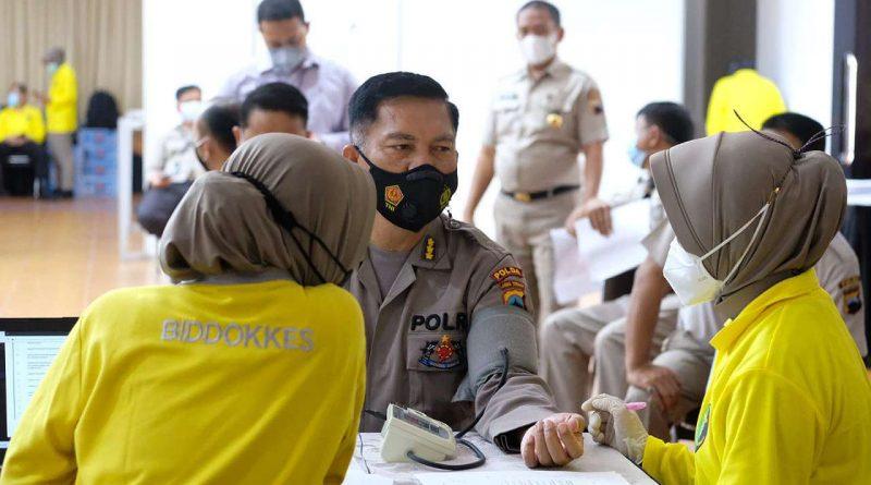 Kabidhumas Polda Jateng Menerima Vaksin kedua