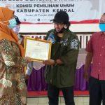 Ketua PWO ( Persatuan Wartawan Online ) Kabupaten Kendal, H.A. Khozin Saat Menerima Penghargaan Dari KPUi KPU Kendal