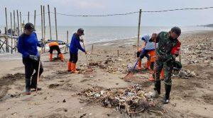 Babinsa koramil Gringsing bersihkan pantai Jodo
