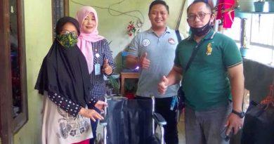 Ketua AWPI Yudi Hendrilia Menyerahkan Bantuan Kursi Roda