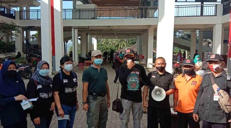 Penyemprotan disinfektan dan pembagian masker di pasar bandungan