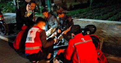 Petugas PMI memberikan Penyelamatan pada Kecelakaan