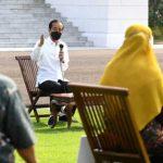 Presiden Joko Widodo menbagikan BPUM